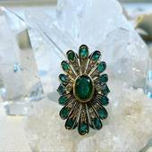 ✨𝓒𝓱𝒆𝔂𝒆𝓷𝓷𝒆 ✨🌙 Happiness in emerald green 💫 •𝐵𝑎𝑔𝑢𝑒 𝐸́𝑚𝑒𝑟𝑎𝑢𝑑𝑒𝑠 & 𝐷𝑖𝑎𝑚𝑎𝑛𝑡𝑠 • • • #ring #amerindien #cheyenne #emeralds #diamond #handmadejewelry #love #valentineday #schadejewellery