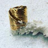 Plume Indienne ✨ L'incontournable bague Plume 💫✨🌾• • • • Boutique Atelier / 15 Rue des Abbesses Paris 18 ème Du Mardi au Samedi - 11h30-19h00 Et sur rendez vous www.Schadestore.com • #amerindien #jewelry #plume #bijoux #creationfrancaise #madeinfrance #designer #ring #gold #handmadejewelry #montmartre #montmartreaddict #love #parisianstyle #noel2020 #indiana #arrow #collection #arizonadream #arizona #love